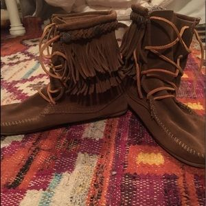Minnetonka Shoes - Minnetonka moccasin fringe boots